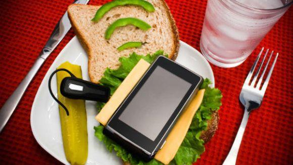 sandwhich-cellphone-600